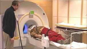 Tiriamas magnetinio rezonanso tomografu