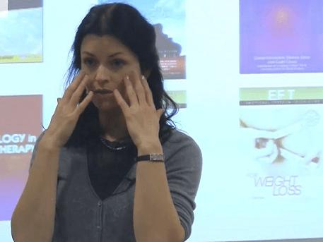 Tapingo instruktorė Sandra Varanavičė  demonstruoja paprastą emocinės higienos metodiką – akupunktūrinių taškų stuksenimą pirštais. webseminarai.lt nuotr.