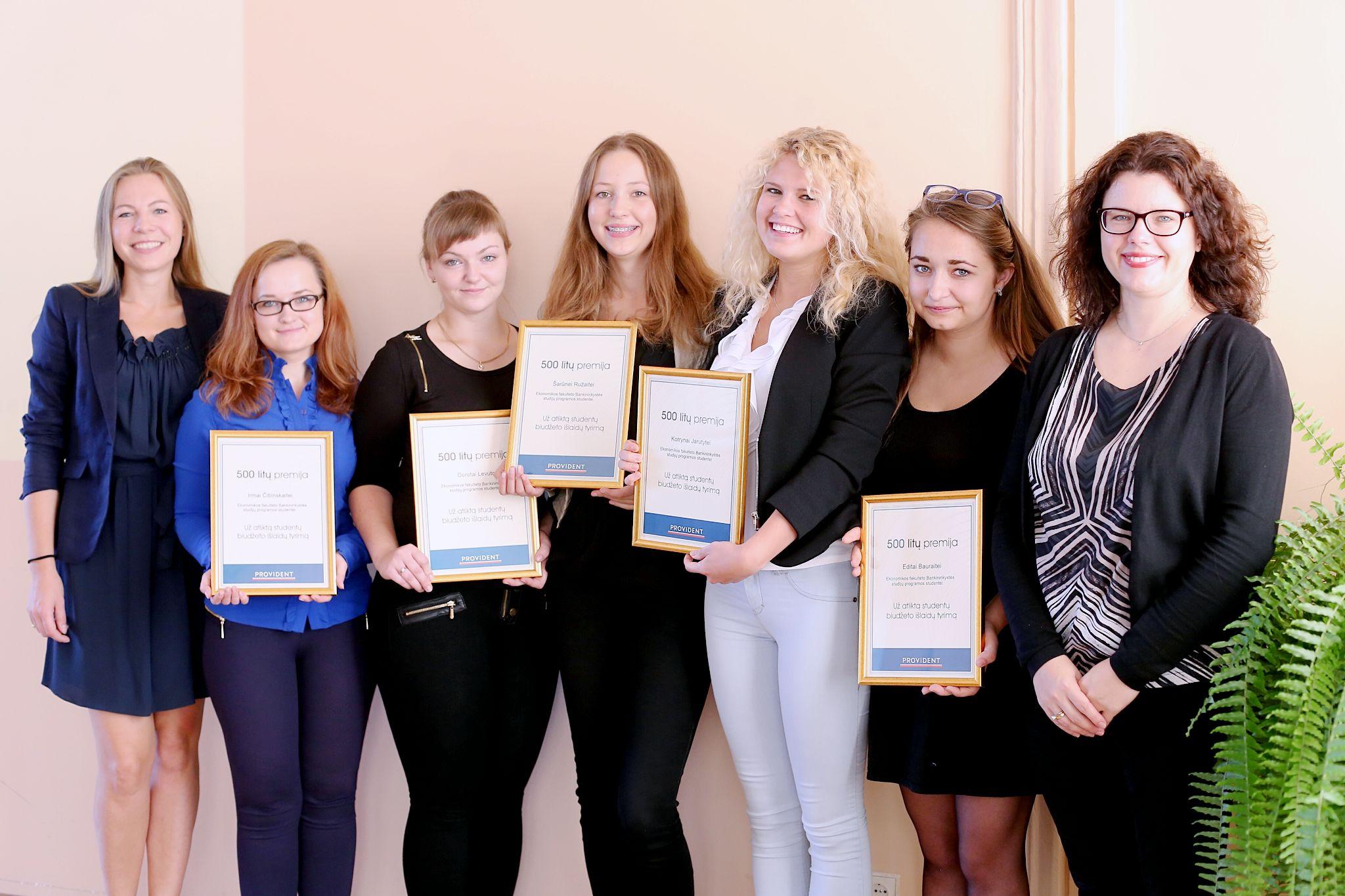 Kolegijos studentes apdovanotos uz 1-ojo etapo rezultatus_kartu su Provident Finansai atstovemis