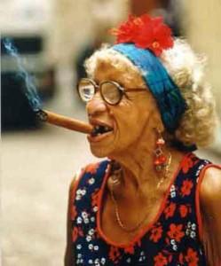 moteris-su-cigaru